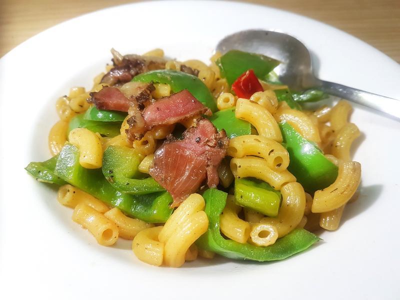 輕鬆好餐--臘肉青椒炒通心麵--