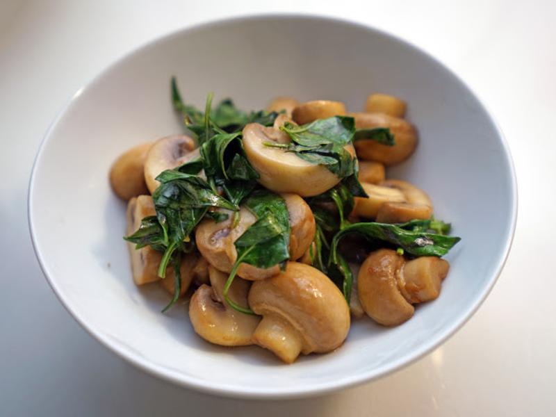 九層塔炒蘑菇。用奶油炒!