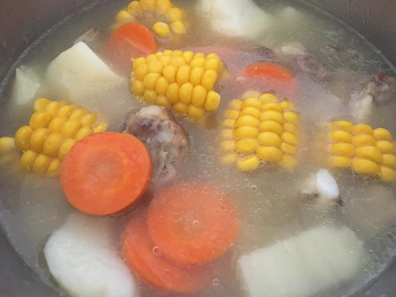 排骨紅蘿蔔玉米馬鈴薯湯
