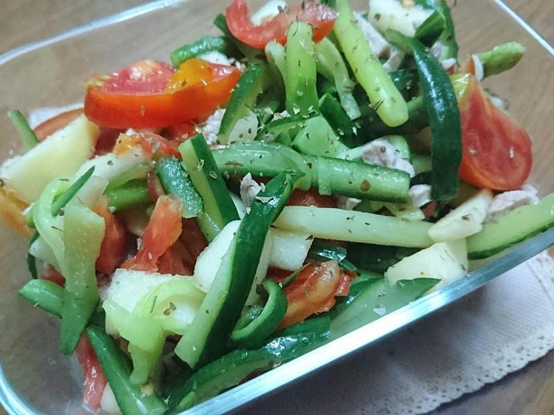 輕食概念【綠蔬果紅肉絲】
