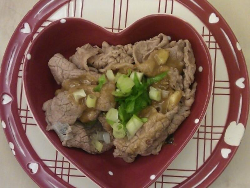 水煮牛肉片佐紅油炒手醬