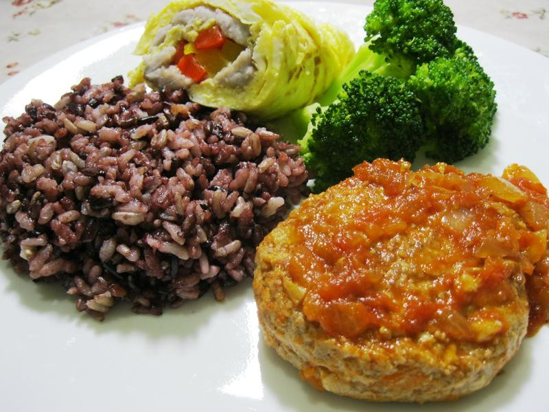 茄汁漢堡排佐黑糙米飯