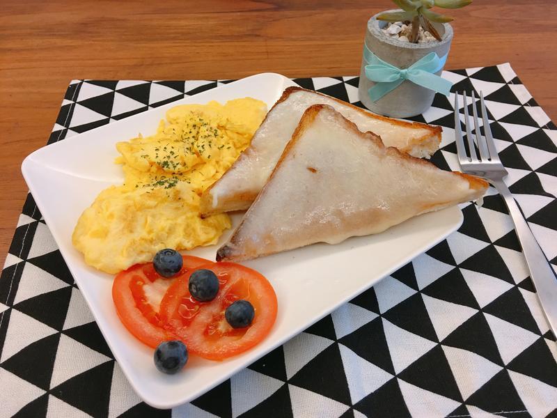 簡單美味早午餐~烤起司厚片&西式炒嫩蛋