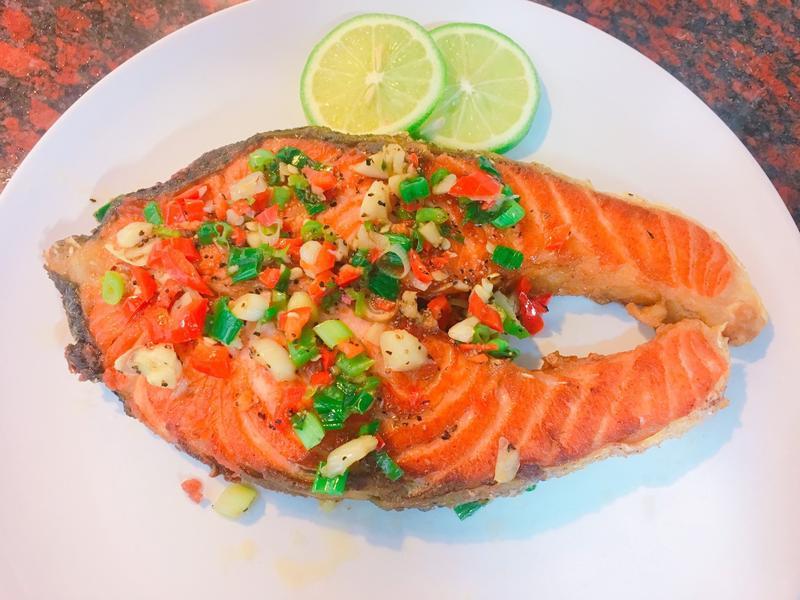 餐桌上的人妻料理*乾煎蒜香鮭魚。