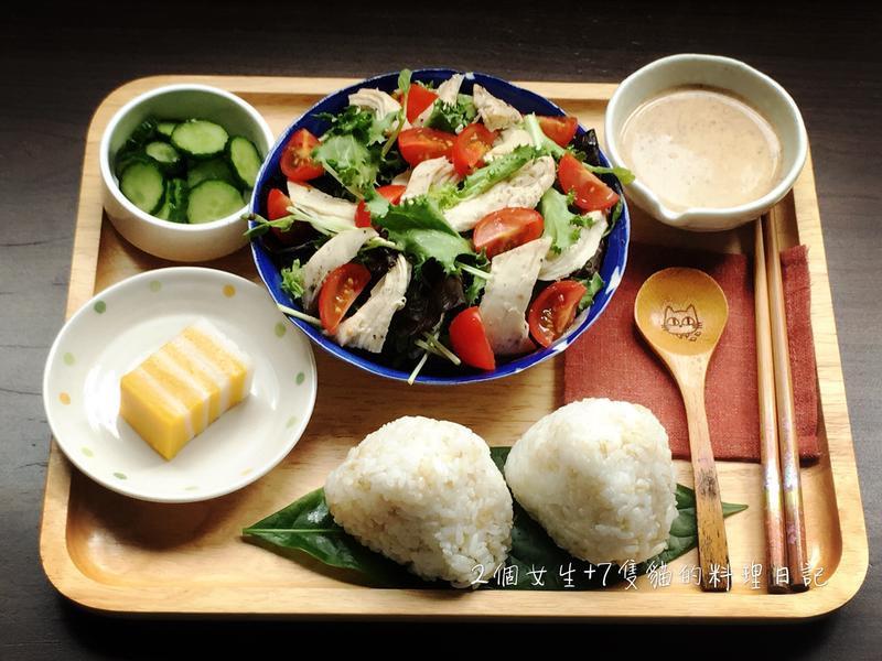 夏日和風芝麻嫩雞沙拉與烤飯糰定食