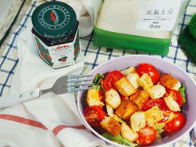 番茄鮮蔬沙拉佐大蒜吐司丁