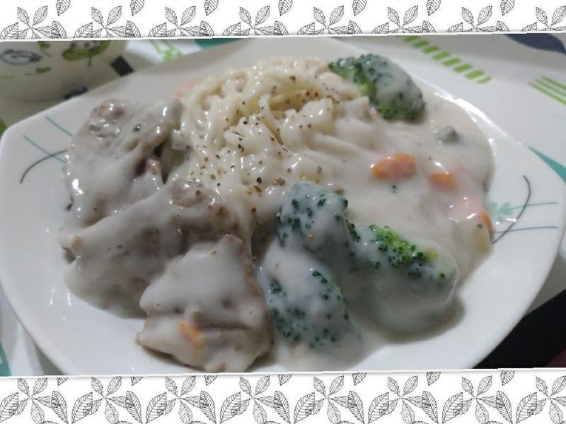 蔬菜豬肉白醬拌麵