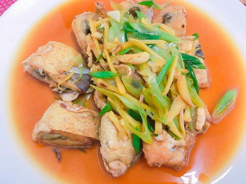 餐桌上的人妻料理*紅燒蒜苗虱目魚。