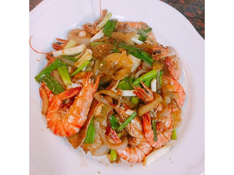 餐桌上的人妻料理*'洋蔥快炒蠔油蝦。