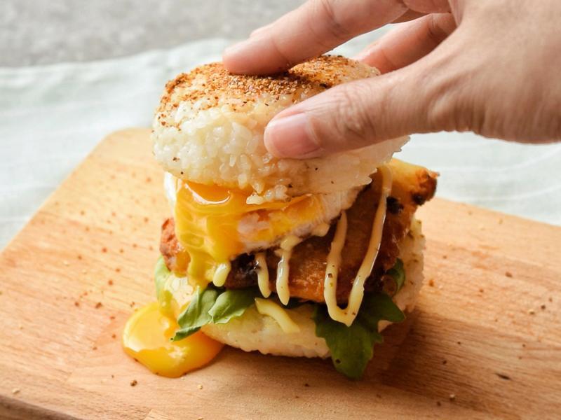 爆漿蛋黃魚柳米漢堡(影音食譜)