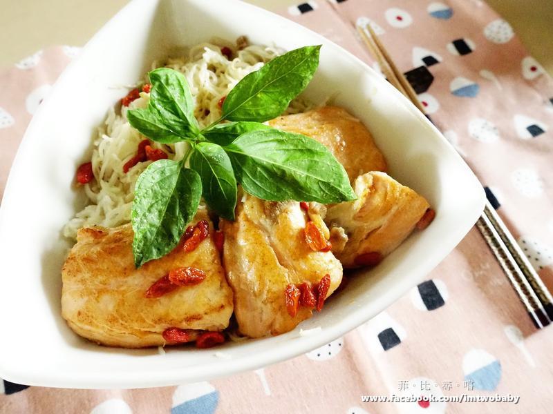 蒜香枸杞清拌麵線佐嫩煎鮭魚