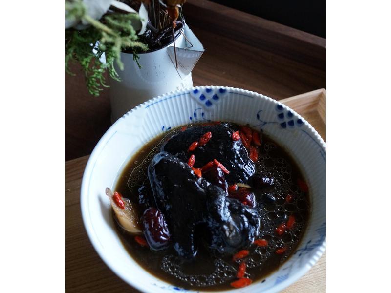 仙草烏骨雞燉湯,清爽甘甜的滋味