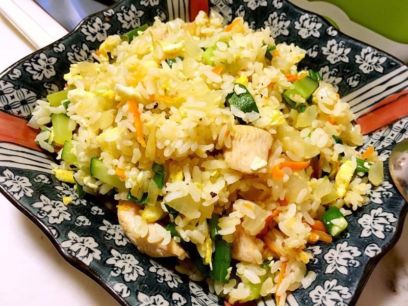 洋蔥黃瓜雞丁蛋炒飯