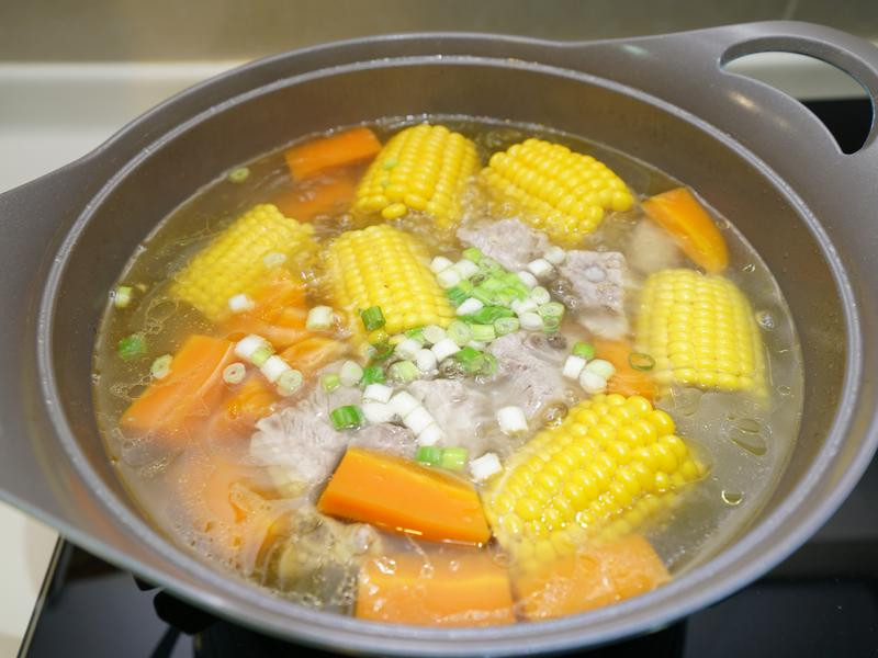 玉米蘿蔔排骨湯。清甜好滋味!