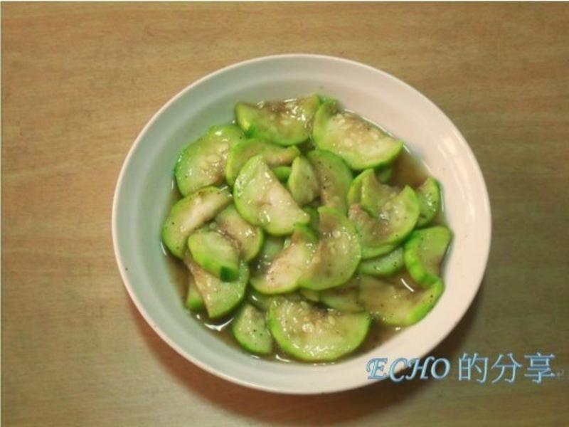 簡單懶人料理-夏日裡來一盤涼拌絲瓜吧!