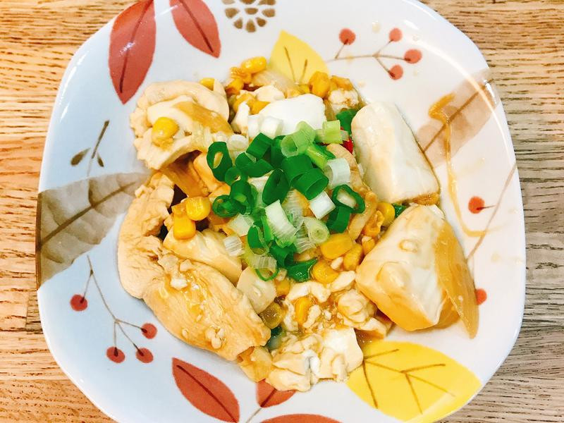 給新手超簡單「洋蔥玉米豆腐炒雞肉片」✨