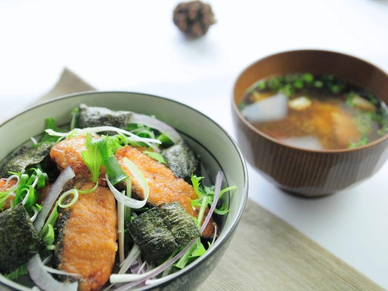 沒有雞肉的「網走炸雞丼」:炸鮭魚丼飯