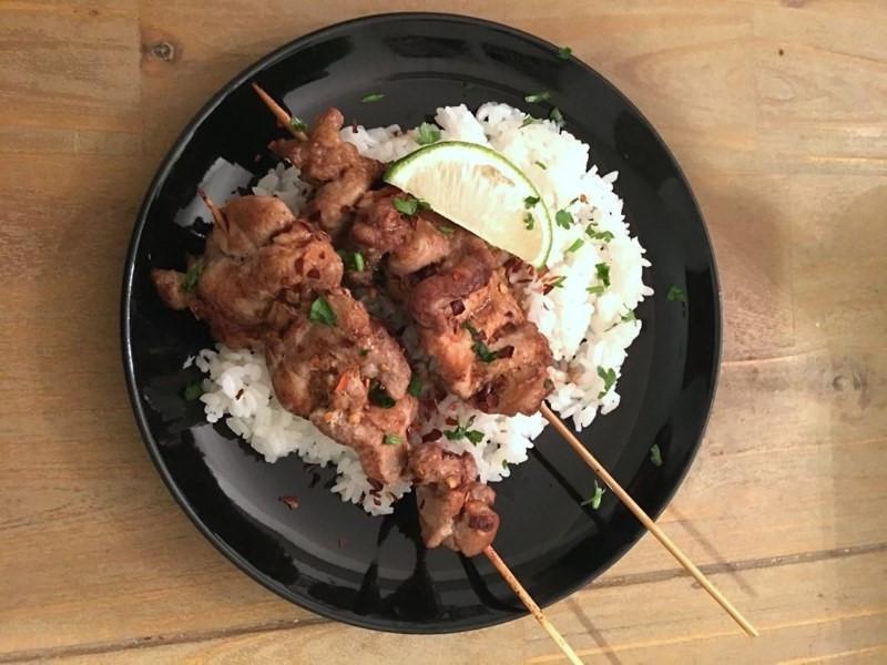 烙烤椰香豬肉串與椰子炊飯