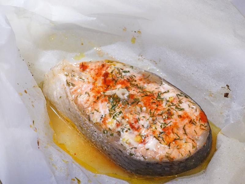 紙包魚料理。檸檬香草鮭魚