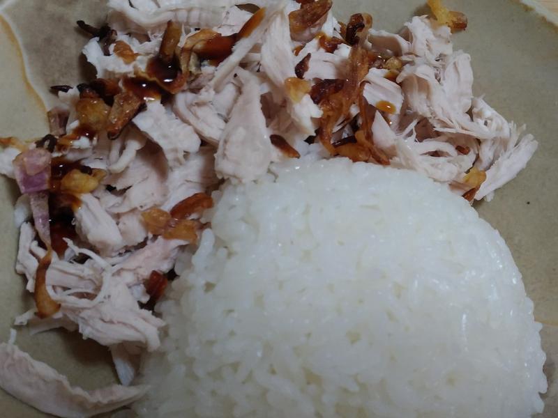 電鍋煮飯同步完成 雞肉飯