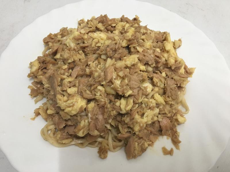 洋蔥鮪魚蛋拌麵