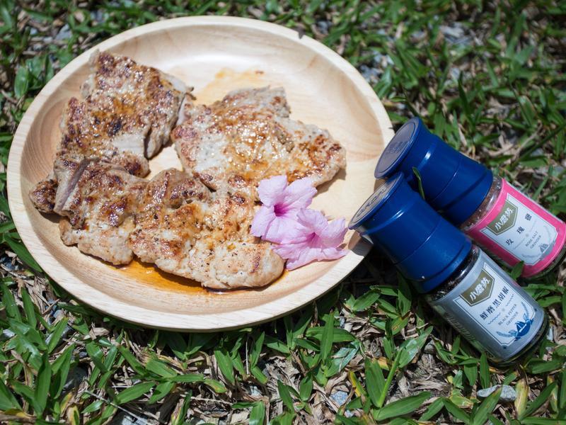 露營料理-煎豬排(小磨坊鮮磨黑胡椒)