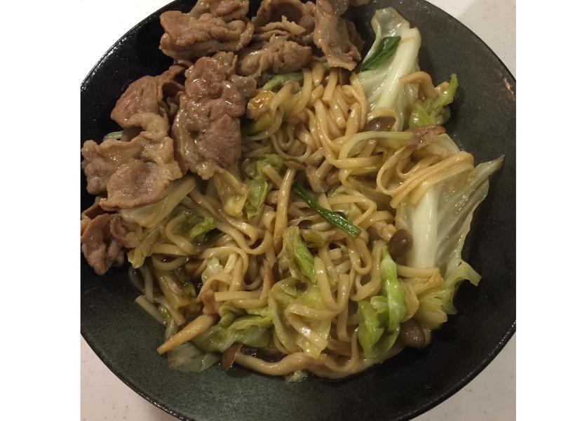 肉片菇菇炒麵