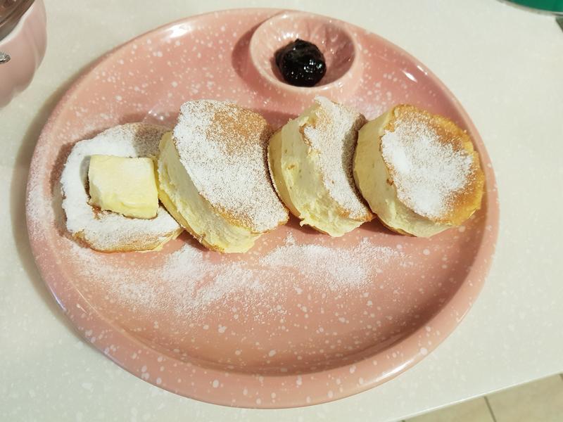 厚鬆餅加入伊思妮奶油(四公分高)