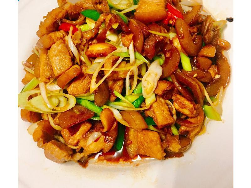 餐桌上的人妻料理*醃黃瓜炒三層肉片。