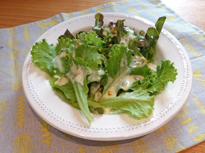 生菜沙拉佐百香果優格沙拉醬