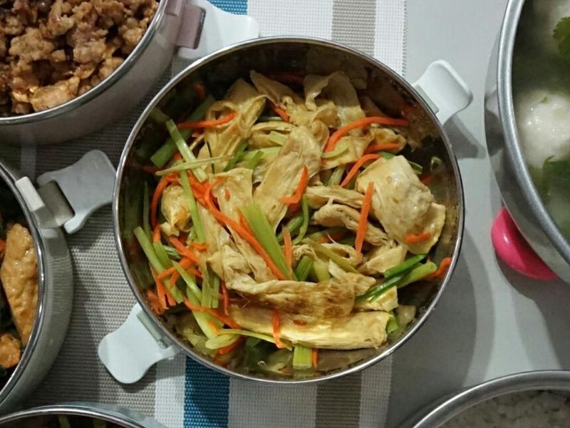 露營簡單料理。芹菜豆皮