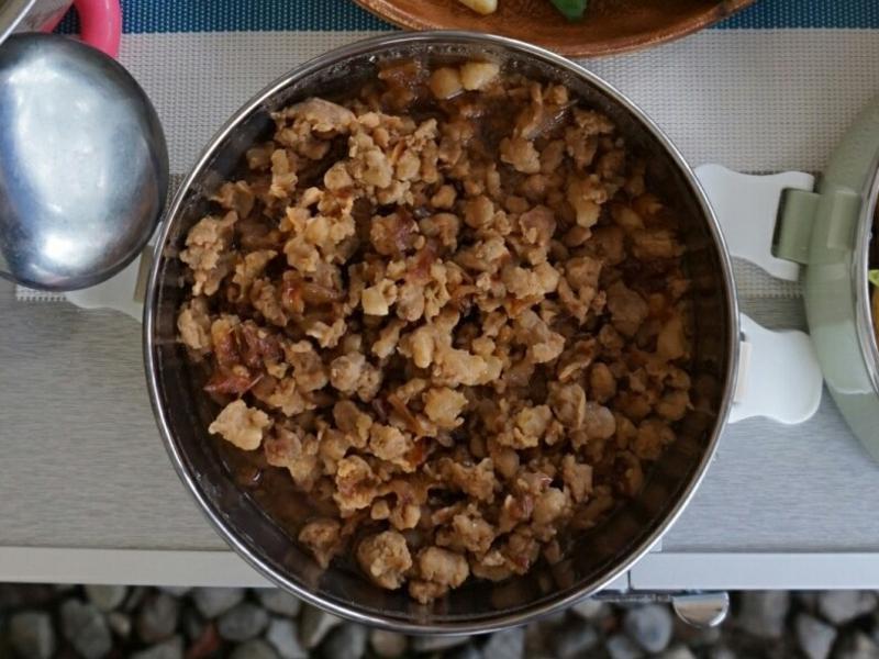 露營簡單料理。肉燥