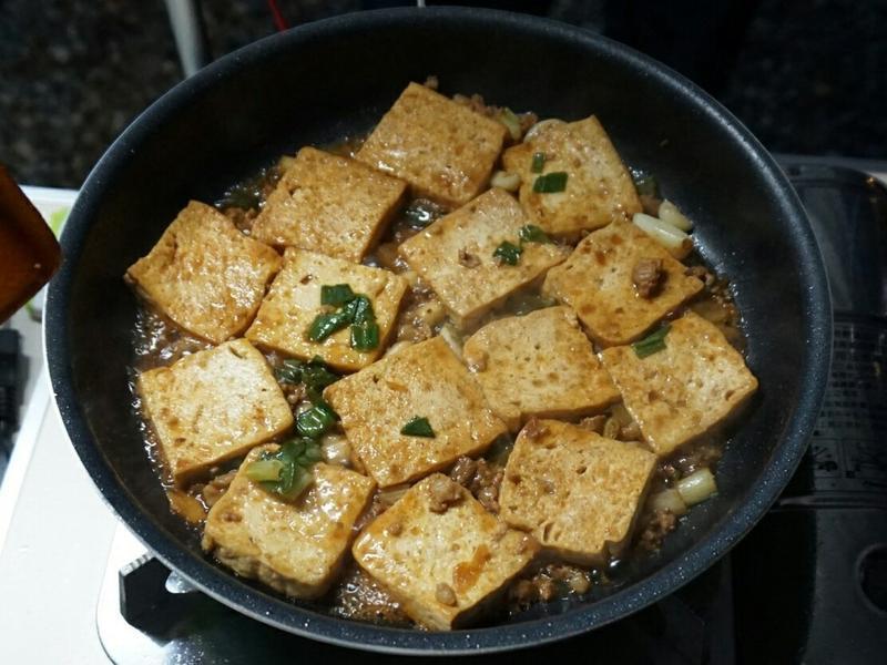 露營簡單料理。肉燥香煎豆腐