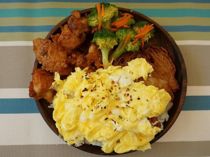 露營簡單料理。日式炸雞歐姆蛋飯