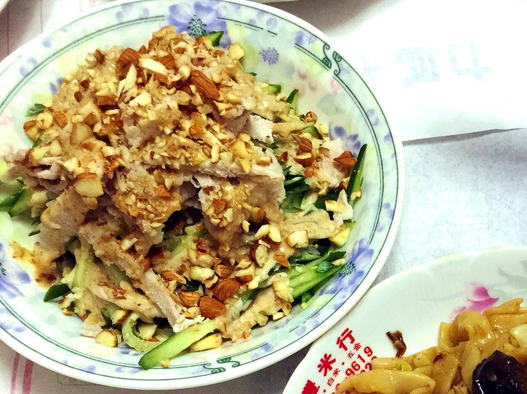 芝麻醬佐小黃瓜核桃里雞肉沙拉