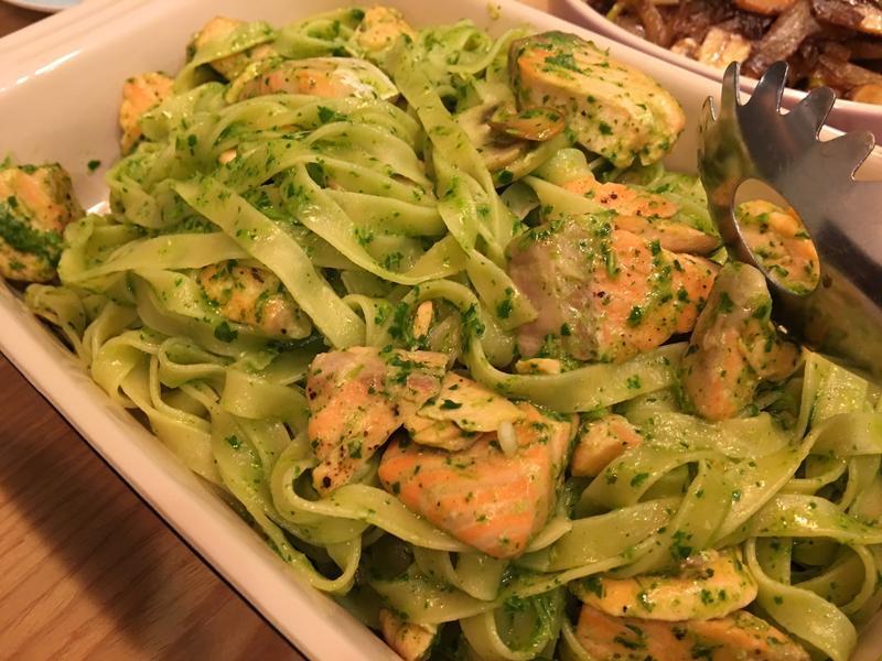 青醬鮭魚義大利麵