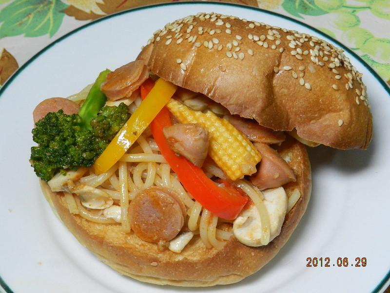ㄚ曼達的廚房~【十分輕鬆料理DIY】義大利麵漢堡