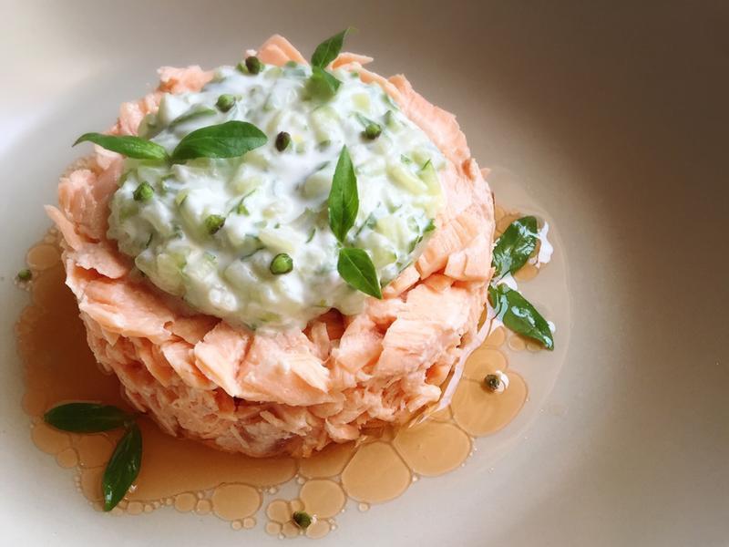 鹽蒸鮭魚佐檸檬小黃瓜優格