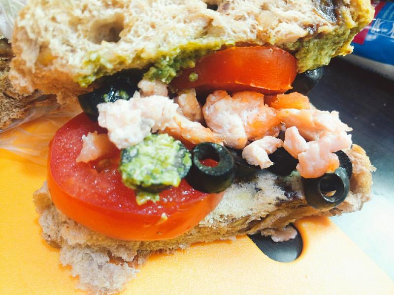 超簡單早餐~青醬鮭魚美味三明治