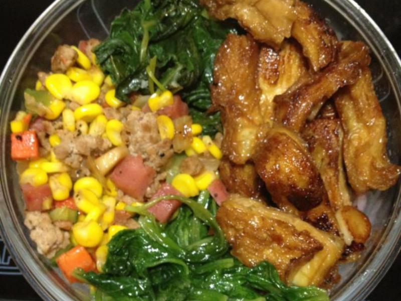 老公的便當菜: 空心菜、醬燒豆包(老公的最愛)、A菜、火腿絞肉炒玉米粒