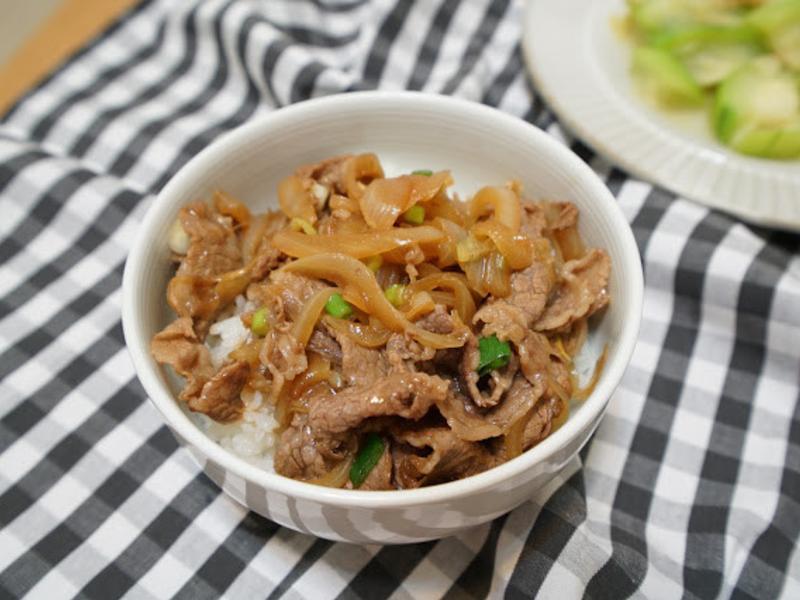 牛丼飯。洋蔥炒牛肉!