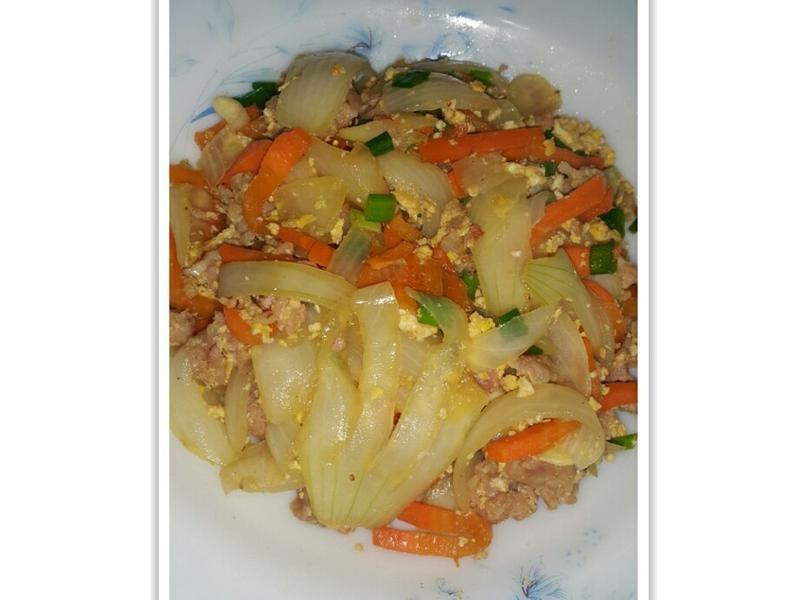 香腸肉洋蔥紅蘿蔔炒蛋