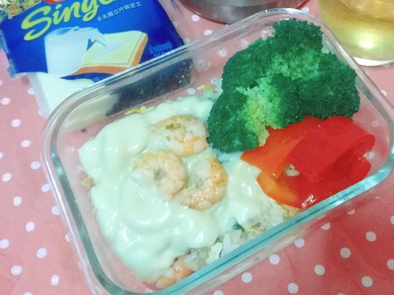 卡夫起司蝦仁蛋炒飯便當及蒜味橄欖油青蔬