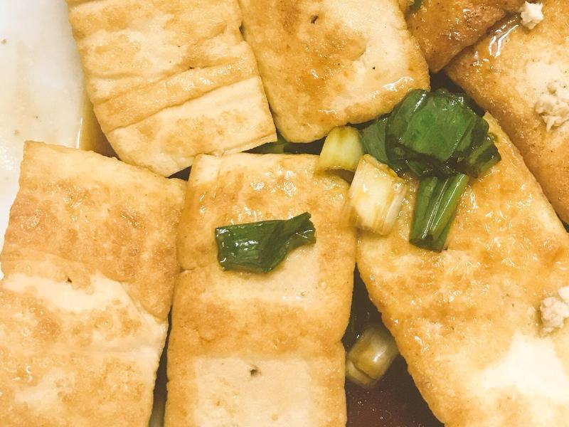 油香嫩煎豆腐佐翠綠青蔥