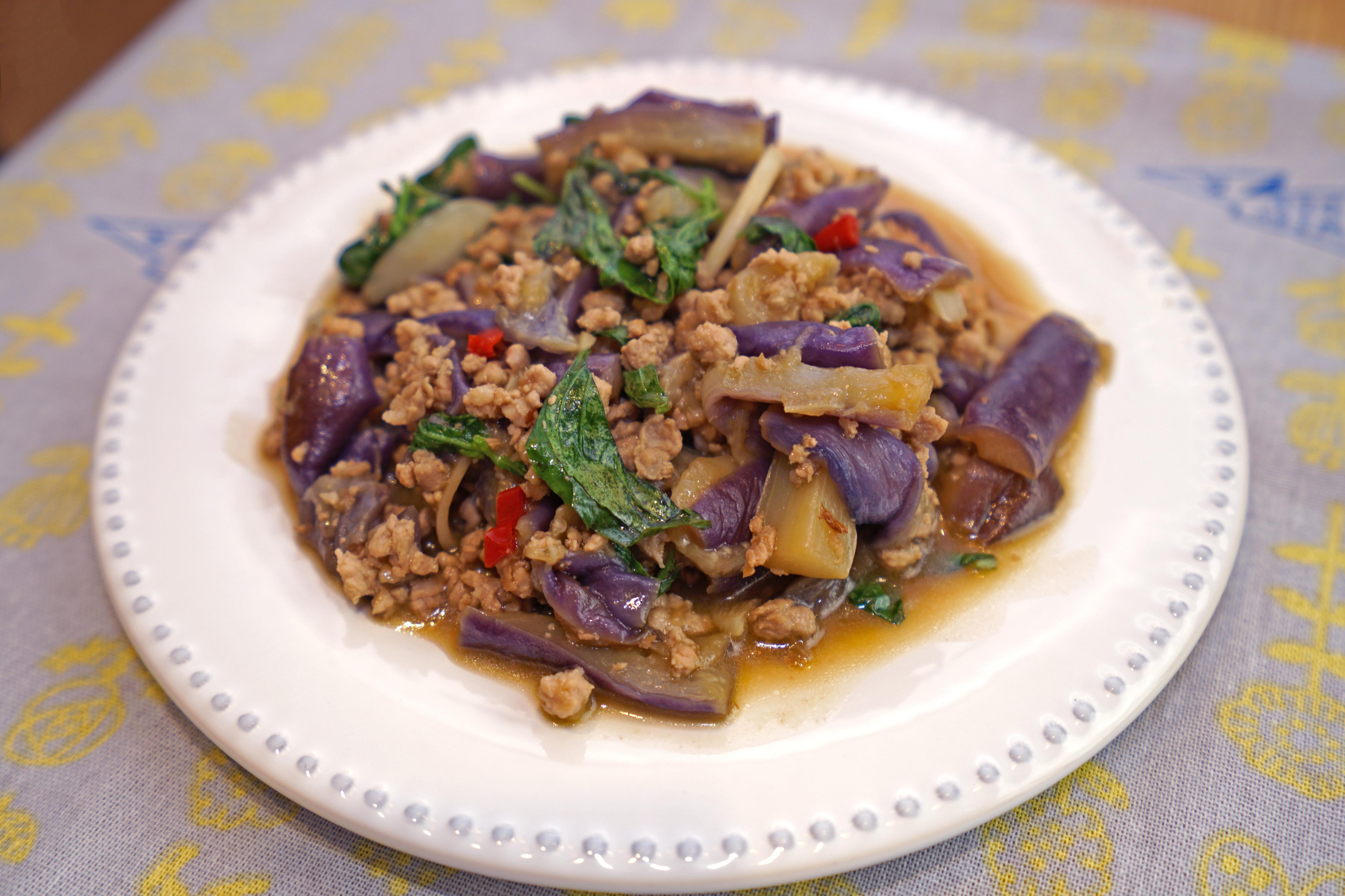 塔香茄子。用水煮法做出漂亮紫茄!