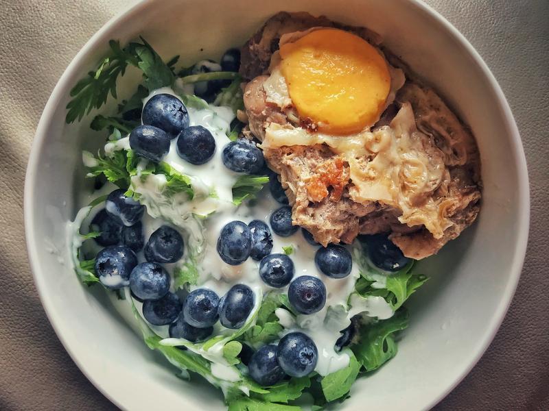 茼蒿藍莓蒸去骨雞腿肉蛋優格溫沙拉