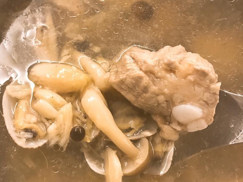 蒜頭排骨菇菇湯