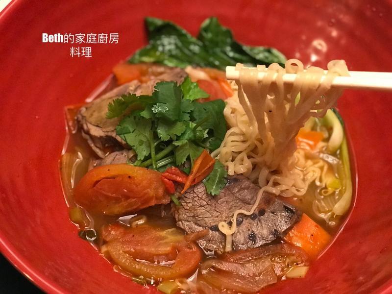 精心烹製的速食麵 - 蕃茄牛肉麵