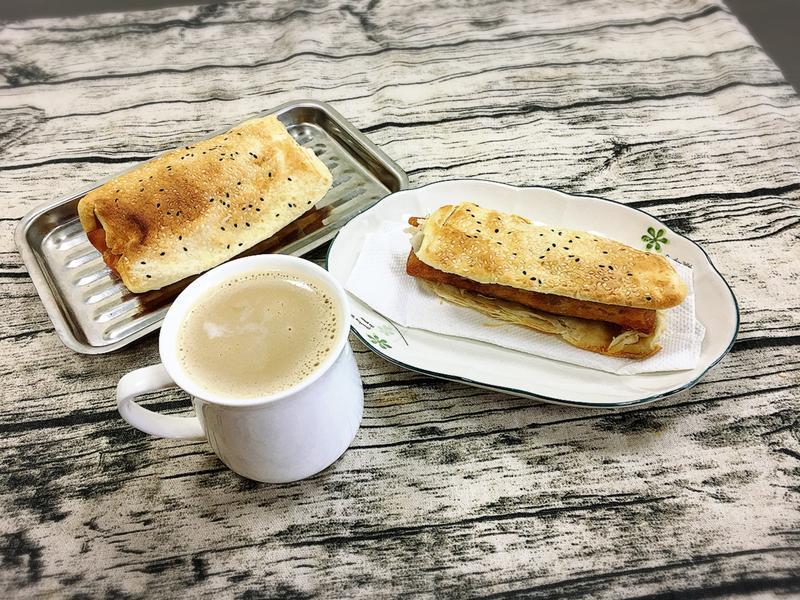 美味早餐—薑奶咖啡配上燒餅包春捲