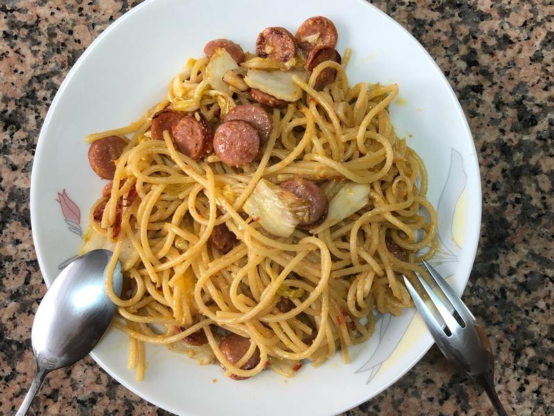 黃金泡菜臘腸義大利麵